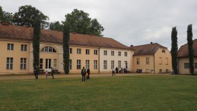 Besucher vor dem Schloss Paretz