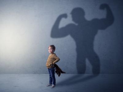 kleiner Junge mit Schatten, der starken Mann zeigt (c) LEADER