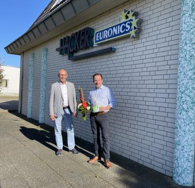 Bürgermeister Dr. Ronald Thiel wünscht Jens Hacker alles Gute zum Firmenjubiläum. Foto: Katja Zeiger/Stadt Pritzwalk