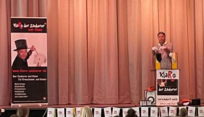 """Zauberer KlaRo, alias Klaus Rommel aus Kornwestheim, bereitet den Kindern viel Spaß bei der Abschlussfeier von """"Heiß auf Lesen 2021"""""""