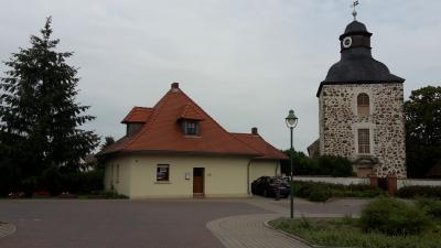 Tintenfass und Kirche am Marktplatz