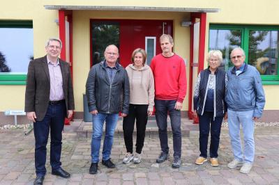 Dr. Oliver Hermann gratuliert dem Familienunternehmen Erdmann zum 30-jährigen Bestehen  Foto: Franziska Lenz
