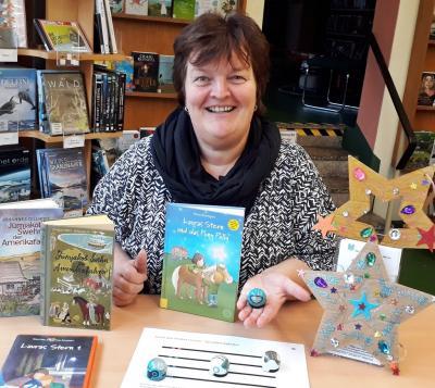 Bibliotheksleisterin Silka Laue freut sich auf viele Gäste zu den Aktionen.
