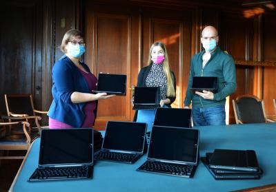 Susann Artelt (I), Louisa Dannehl und Martin Schumacher mit den mobilen Endgeräten I Foto: Martin Ferch