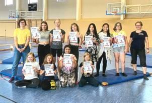 """WenDo, der Weg zur Selbstsicherheit für Mädchen, lautete der Titel eines der Workshop im Rahmen des Mädchenprojekts des Landkreises OSL, in dem die zukünftigen """"Superheldinnen"""" im Fokus standen. (Foto Mädchenbude Lauchhammer)"""