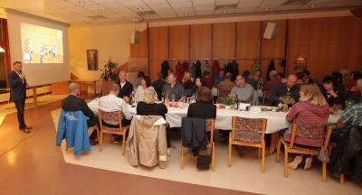 Roland Silbe begrüßt die Gäste und Eingeladenen des Abends