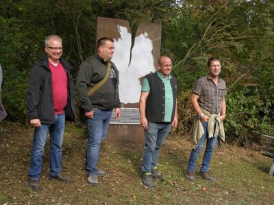 die Bürgermeister und Ortsteilbürgermeister (v.l. )Lars Böckmann (Herleshausen), Andreas Jordan (Willershausen), Ronny Schwanz (Creuzburg) und Frank Moenke (Krauthausen) begrüßten die Wanderer am Einheitsdenkmal und freuten sich über die vielen bekannten Gesichter