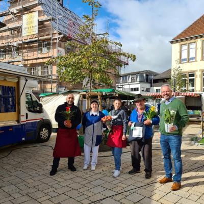 Bürgermeister Brandt (re.) und die Marktbestücker des Meckesheimer Wochenmarktes