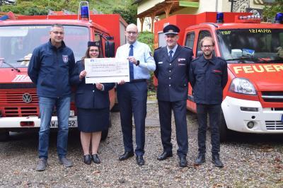 Übergabe der Spende an die Freiwillige Feuerwehr Rech