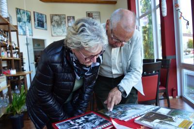 Stadtarchivarin Carola Lembke und Horst Podiebrad beim Sichten alter Vereinsfotos I Foto: Martin Ferch