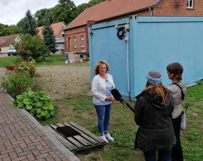 Dreharbeiten mit dem Filmteam: Dörte Grimm und Julia Matyschik interviewen Tagespflege-Inhaberin Marlis Lenz in Berge