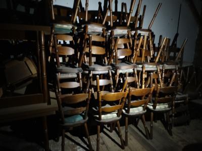 """Bild der Meldung: Aus dem Bestand des ehemaligen Gasthauses """"Aldersbacher Hof"""" stehen Tische und Stühle zum Verkauf"""