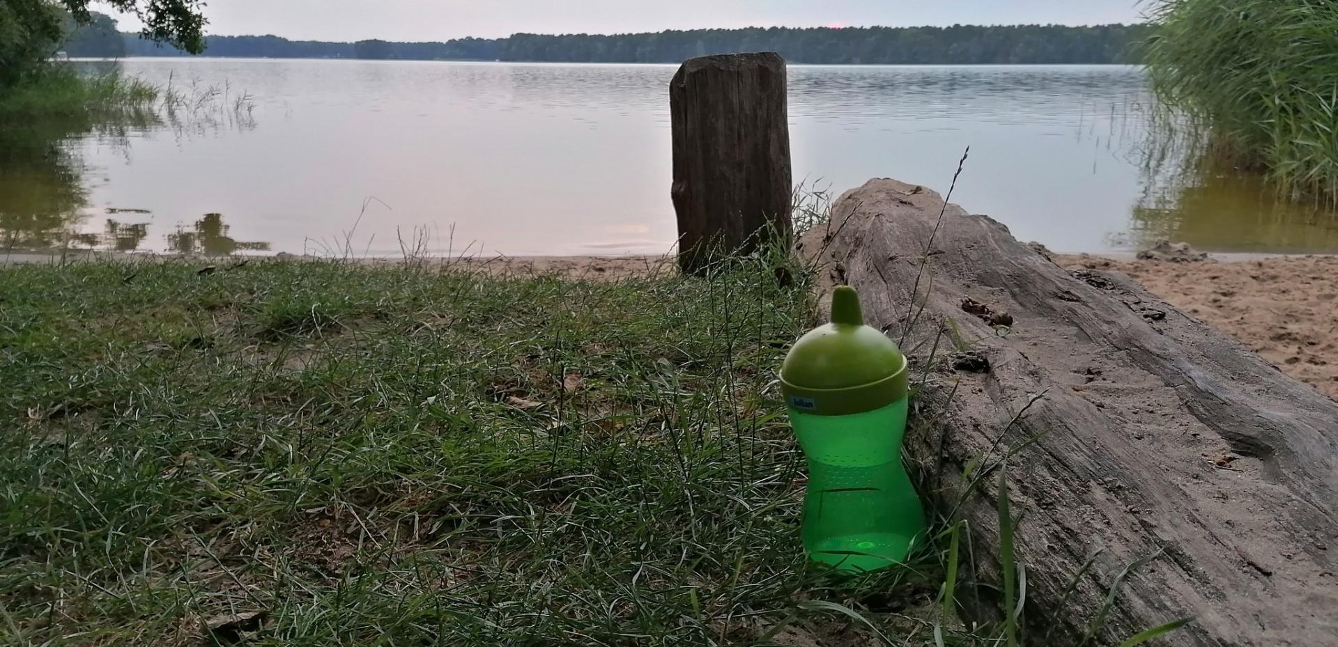 Eine vergessene Trinkflasche am Klein Köriser See. Foto: Dörthe Ziemer