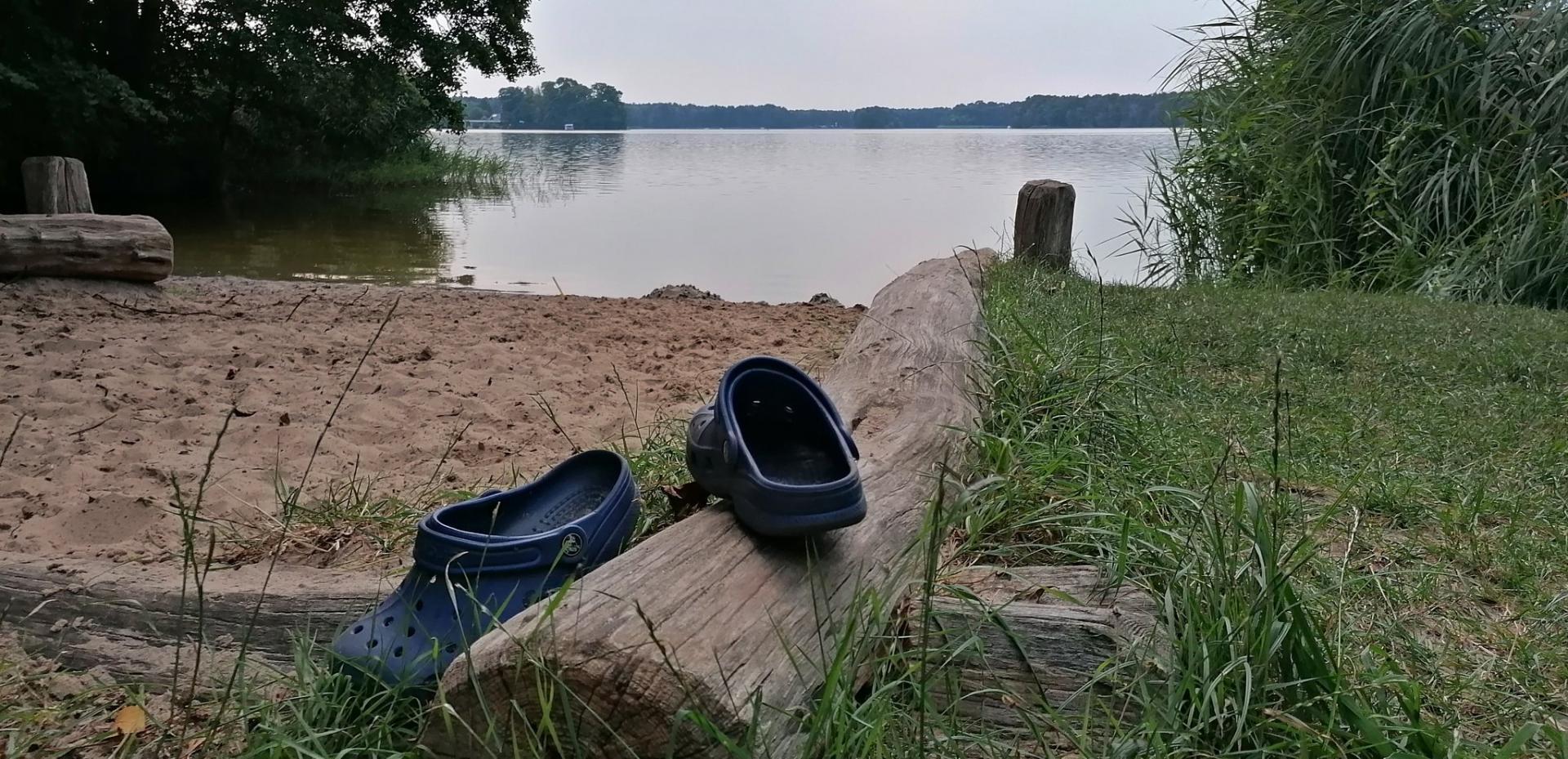 Vergessene Badeladtschen am Klein Köriser See. Foto: Dörthe Ziemer