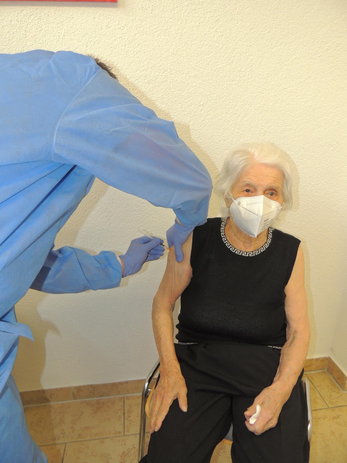 Else Loth war die erste Querfurterin, die sich vor Ort impfen ließ.