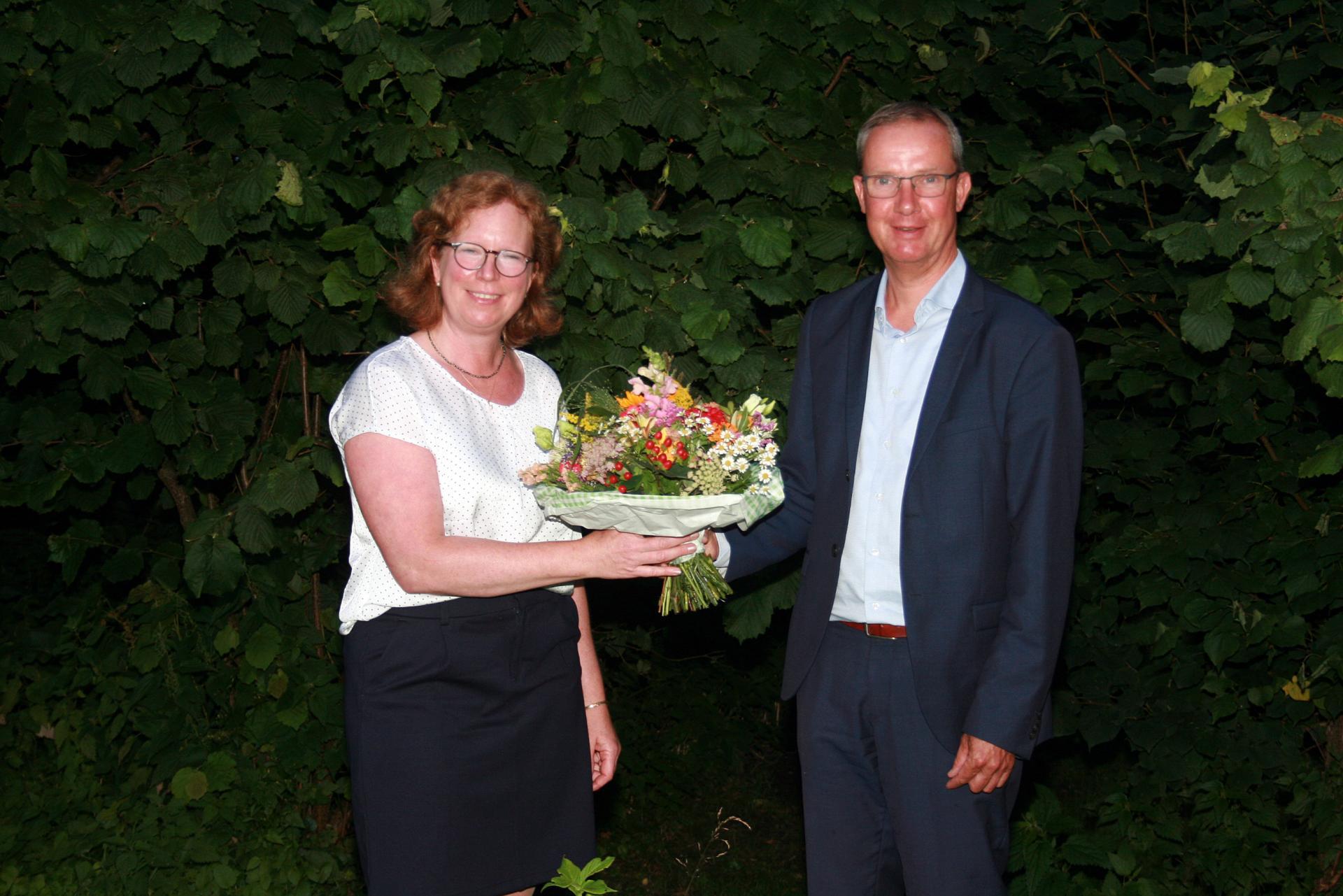 Schulverbandsvorsteher Frank Hinrichs (rechts) gratuliert Sandra Wilhöft zur Wahl