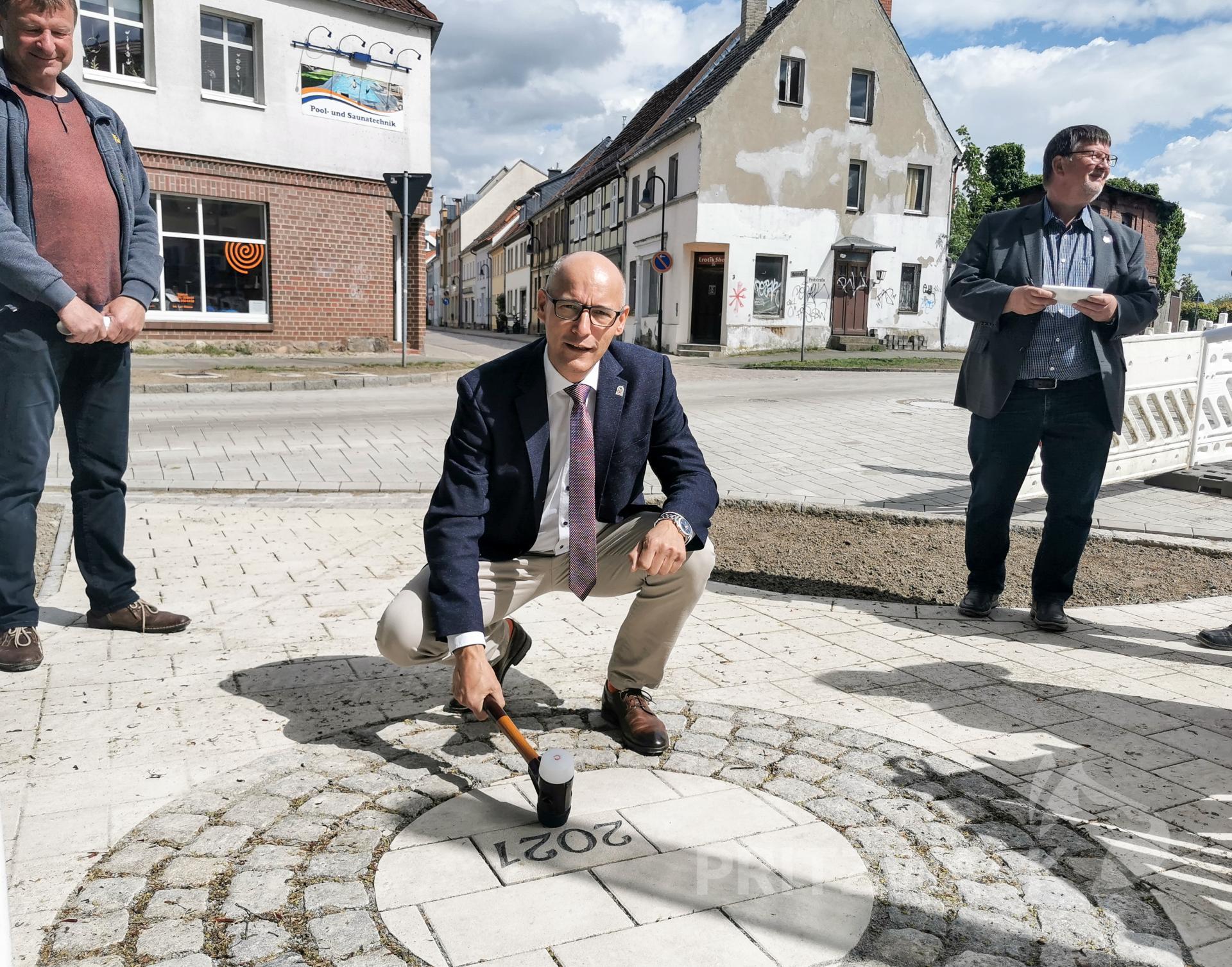Mit dem traditionellen Schlussstein beendete Bürgermeister Dr. Ronald Thiel die Baumaßnahme. Foto: Katja Zeiger