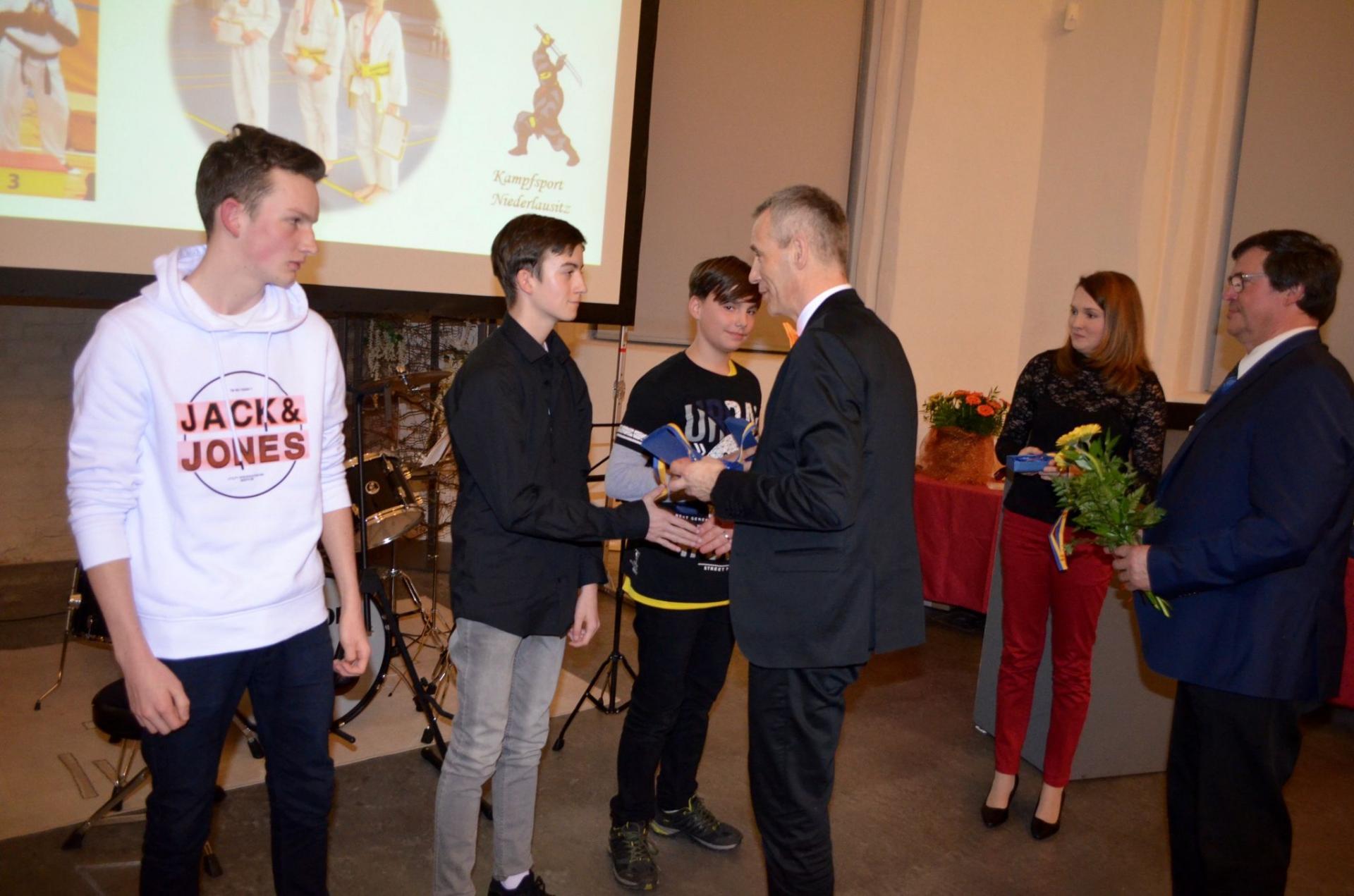 Luckaus Bürgermeister Gerald Lehmann (parteilos/Mitte) ehrt seit Jahren verdienstvolle Sportler und Funktionäre in der Berstestadt. Foto: Andreas Staindl