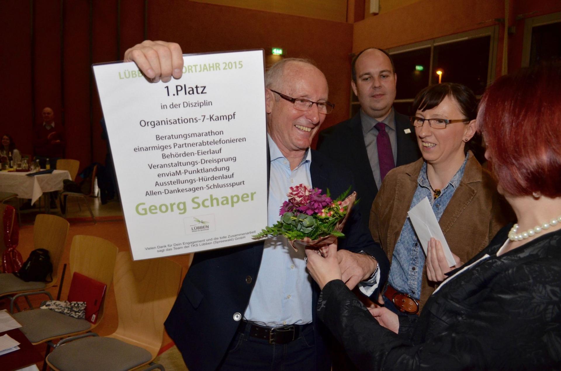 In Lübben hatte Georg Schaper (li.) Sportlerehrungen organisiert. Für sein Engagement wurde er selbst geehrt. Foto: Andreas Staindl