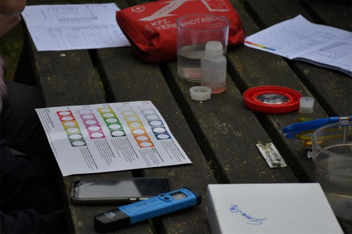 Ein Tisch mit den Untersuchungsmaterialien für die chemisch- physikalische Messung