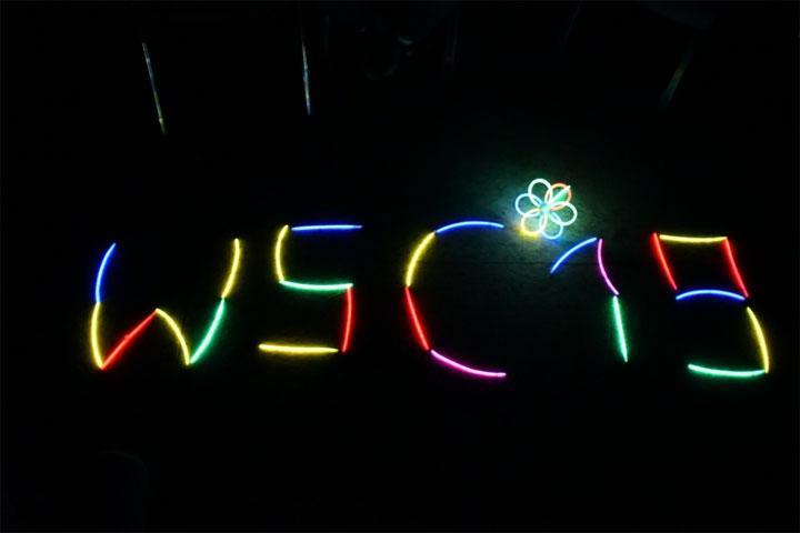 Kreativität am Abend unter Nutzung von Knicklichtern ....