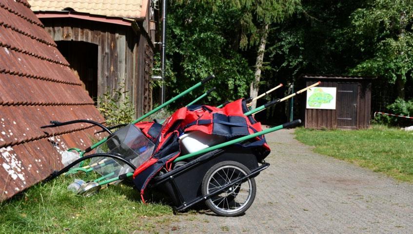 Vorbereitete Wagen mit den Materialien für die biologische Untersuchung und ide Strukturgüteuntersuchung