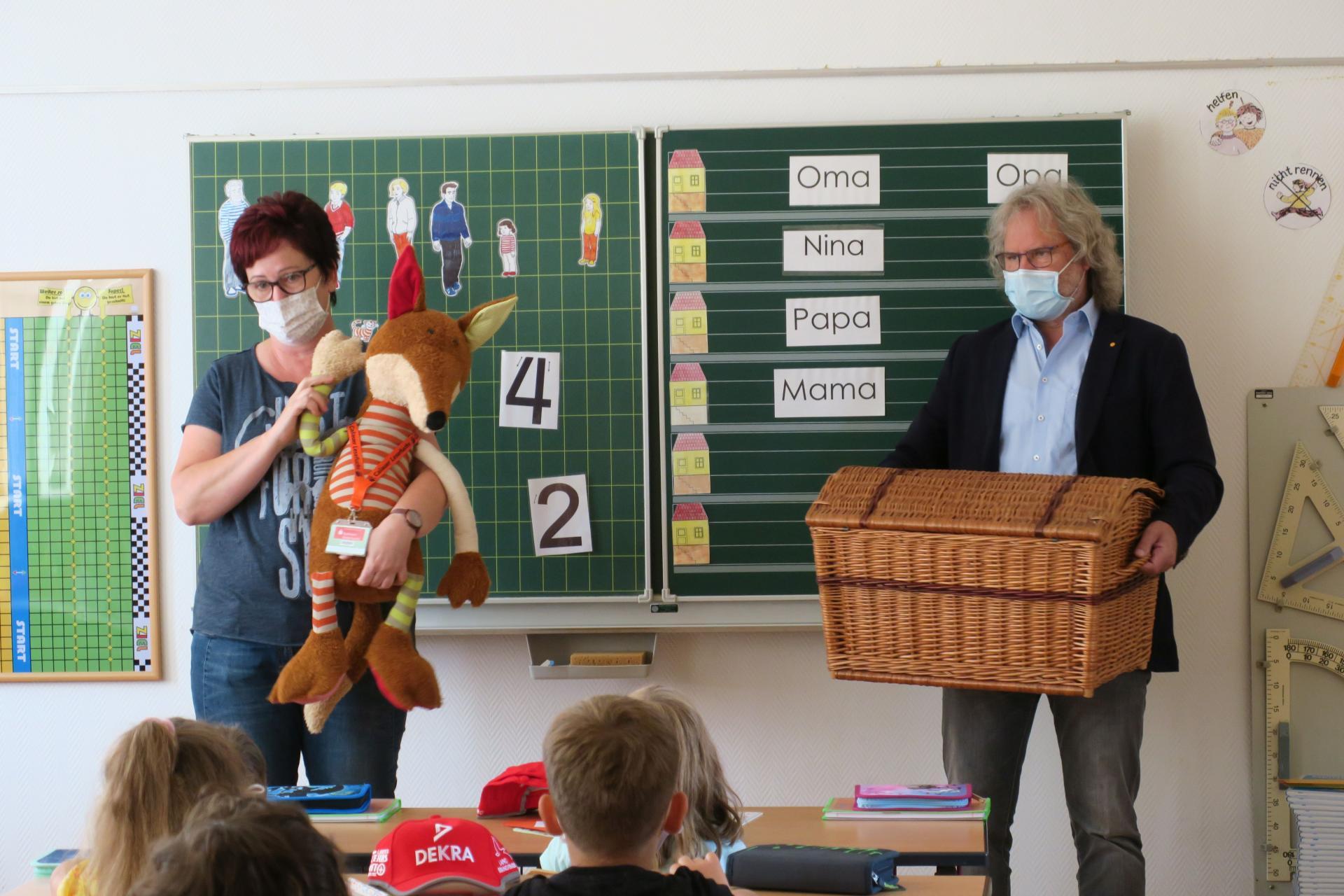 Bürgermeister Werner Suchner und Bibliotheks-Chefin Steffi Clemens besuchten die Calauer Erstklässler am ersten Schultag. Neben dem Calauer Lesefuchs hatten sie Gutscheine für eine Mitgliedschaft in der Stadtbibliothek im Gepäck.