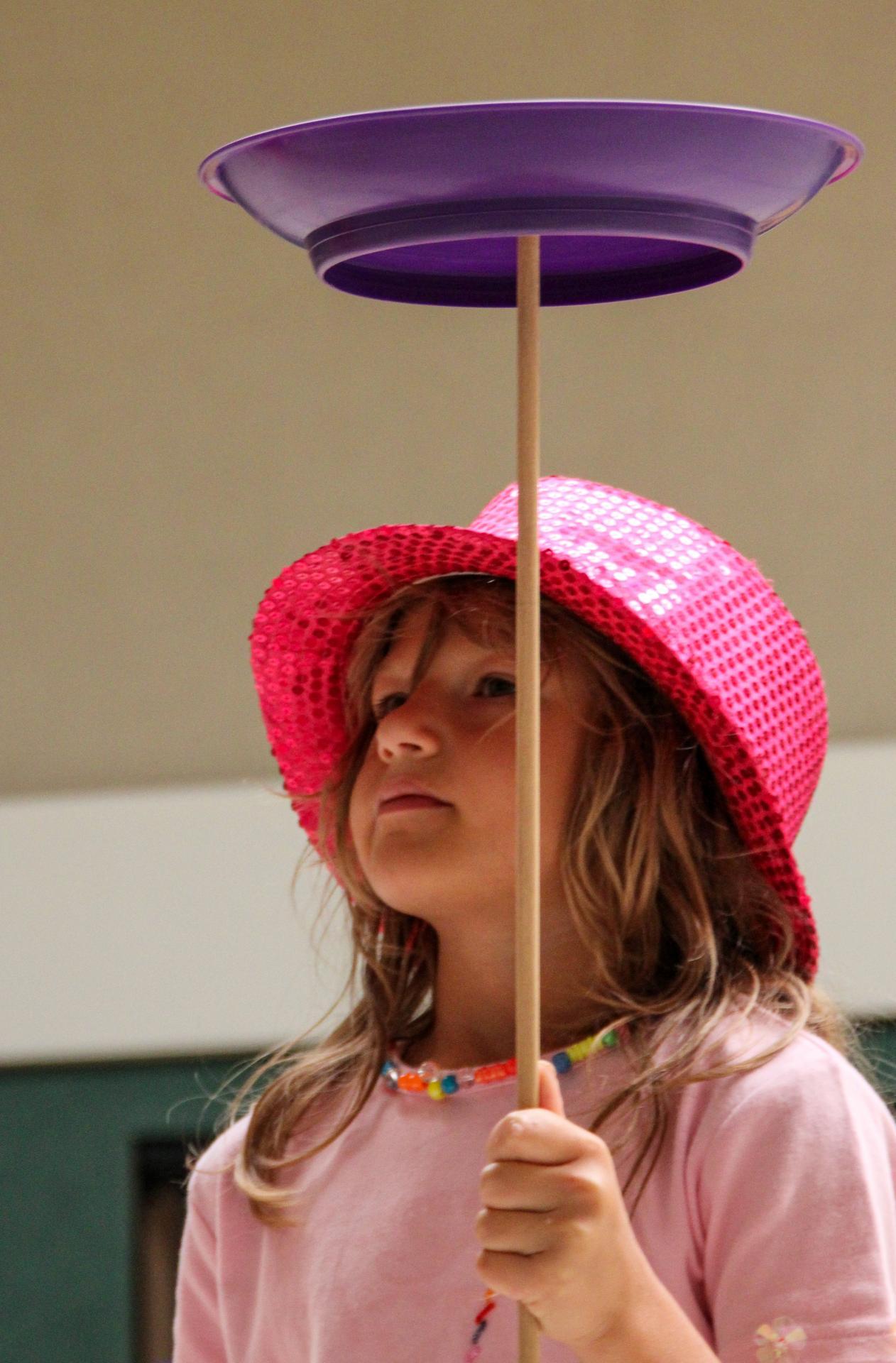 Tellerdrehen gehörte zu den kniffligen Übungen, die die Kinder später in der Vorstellung zeigten. Foto: Eva Griffith