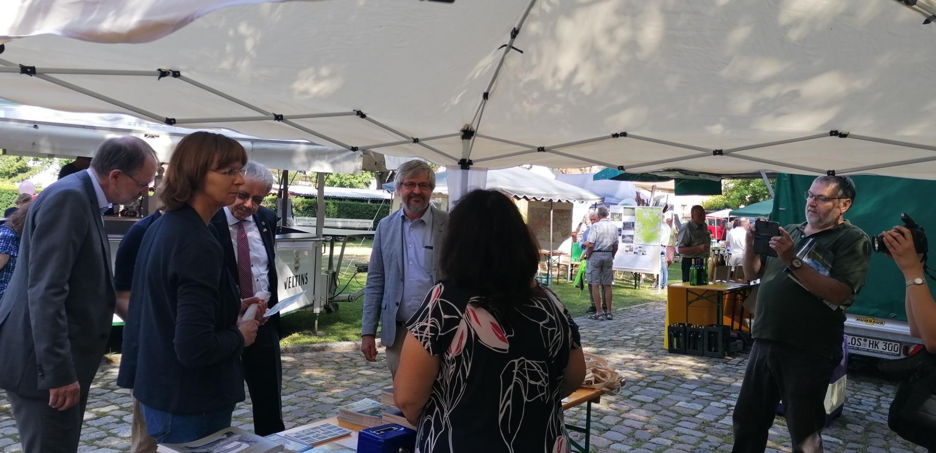 Rundgang beim Markt der Möglichkeiten, mit Minister Axel Vogel (M.) und Isabell Hiekel (l.) am Stand des Fördervereins Lieberose. Foto: Dörthe Ziemer