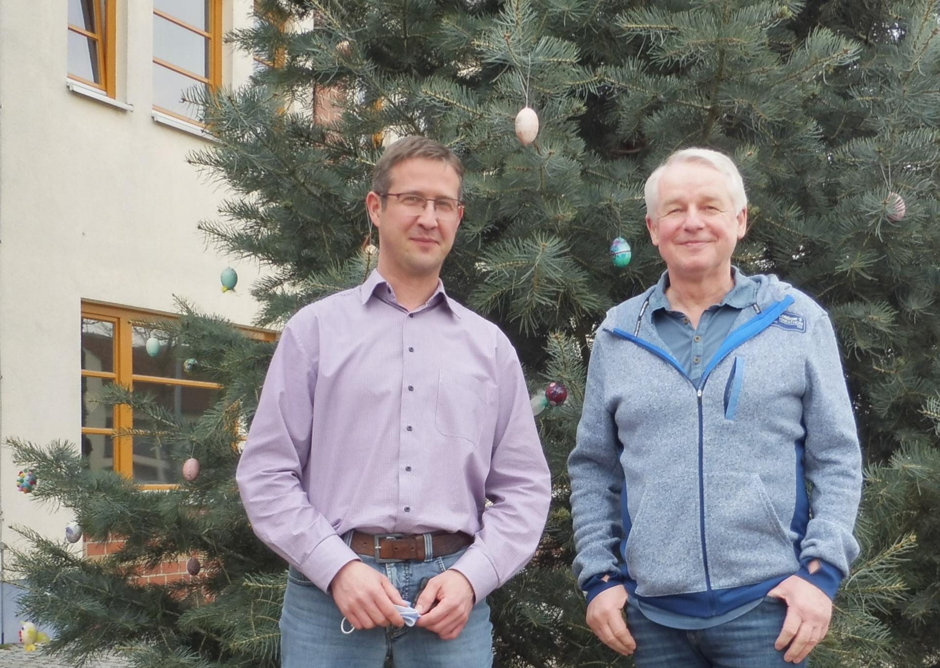 Der Vorsitzende des Golzower Kultur- und Dorfvereins e. V. Peter Reinholdt und der stellvertretende Amtsdirektor Lars Nissen (v.r.n.l.).