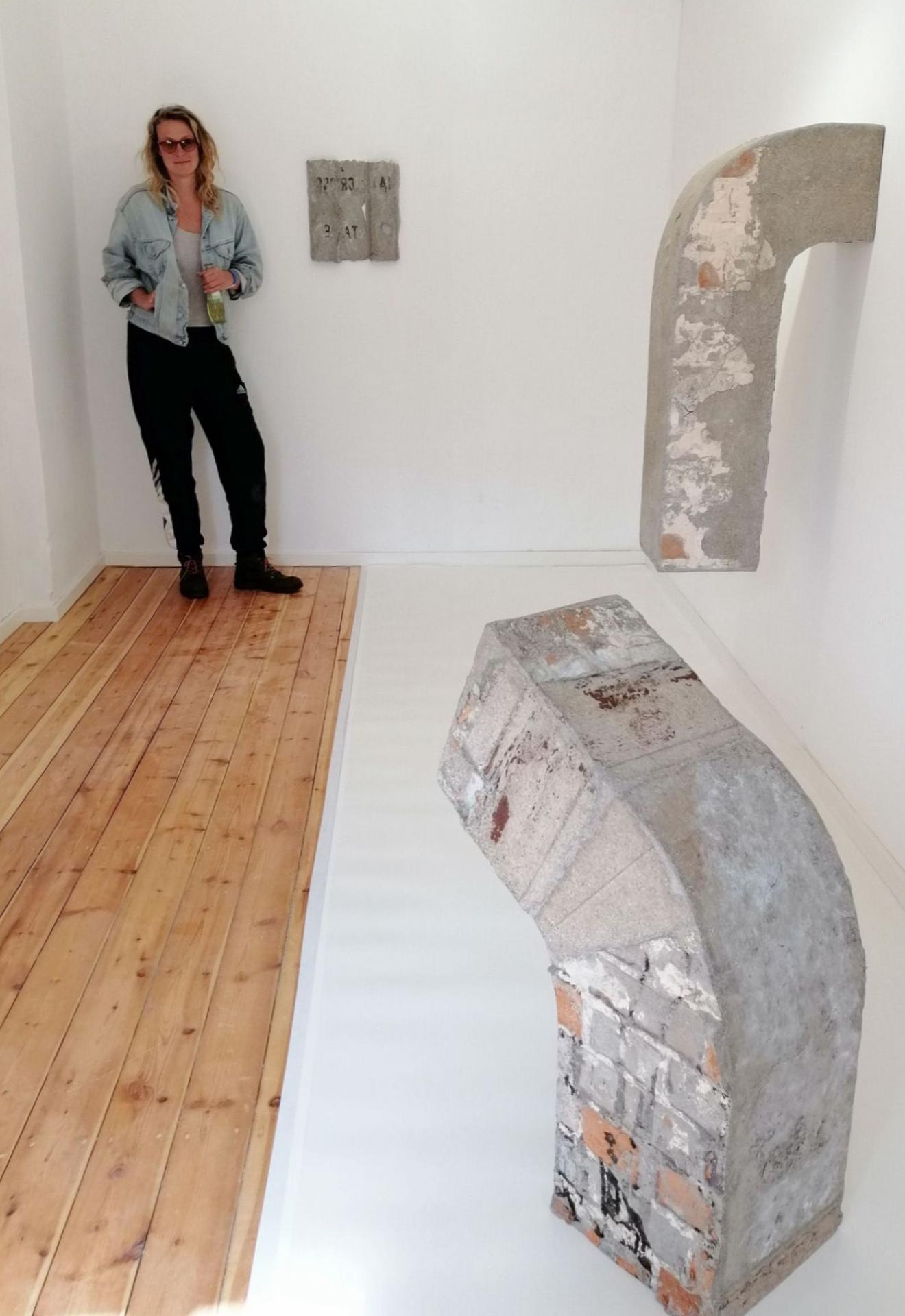 Aus Pappmaschee formt Julia Eichler ihre Objekte, die schwergewichtig wirken. Inzwischen sind ihre Arbeiten und die von Alex Besta abgebaut, neue Residenz-Künstler werden erwartet.