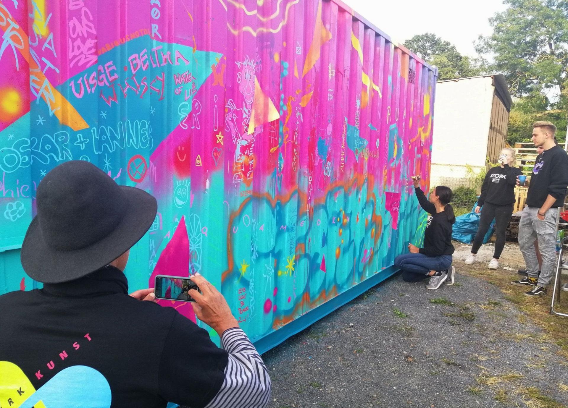 Ein Container wurde während des Hoffestes von Gästen kreativ gestaltet. Foto: Ingrid Hoberg