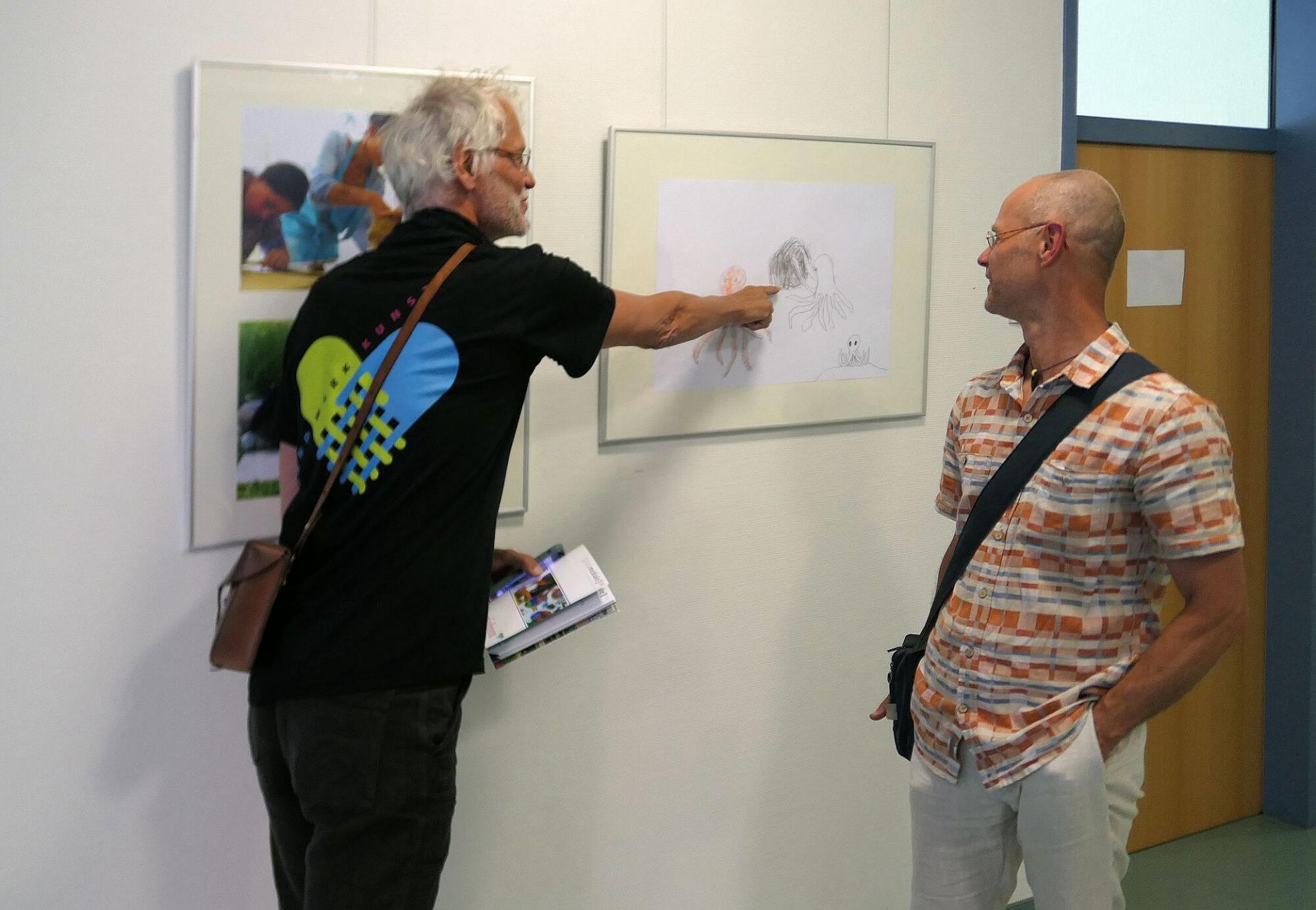 Kurator Harald Larisch (l.) im Gespräch mit Michael Brendel, der das Kinder-Kunst-Projekt geleitet hat.