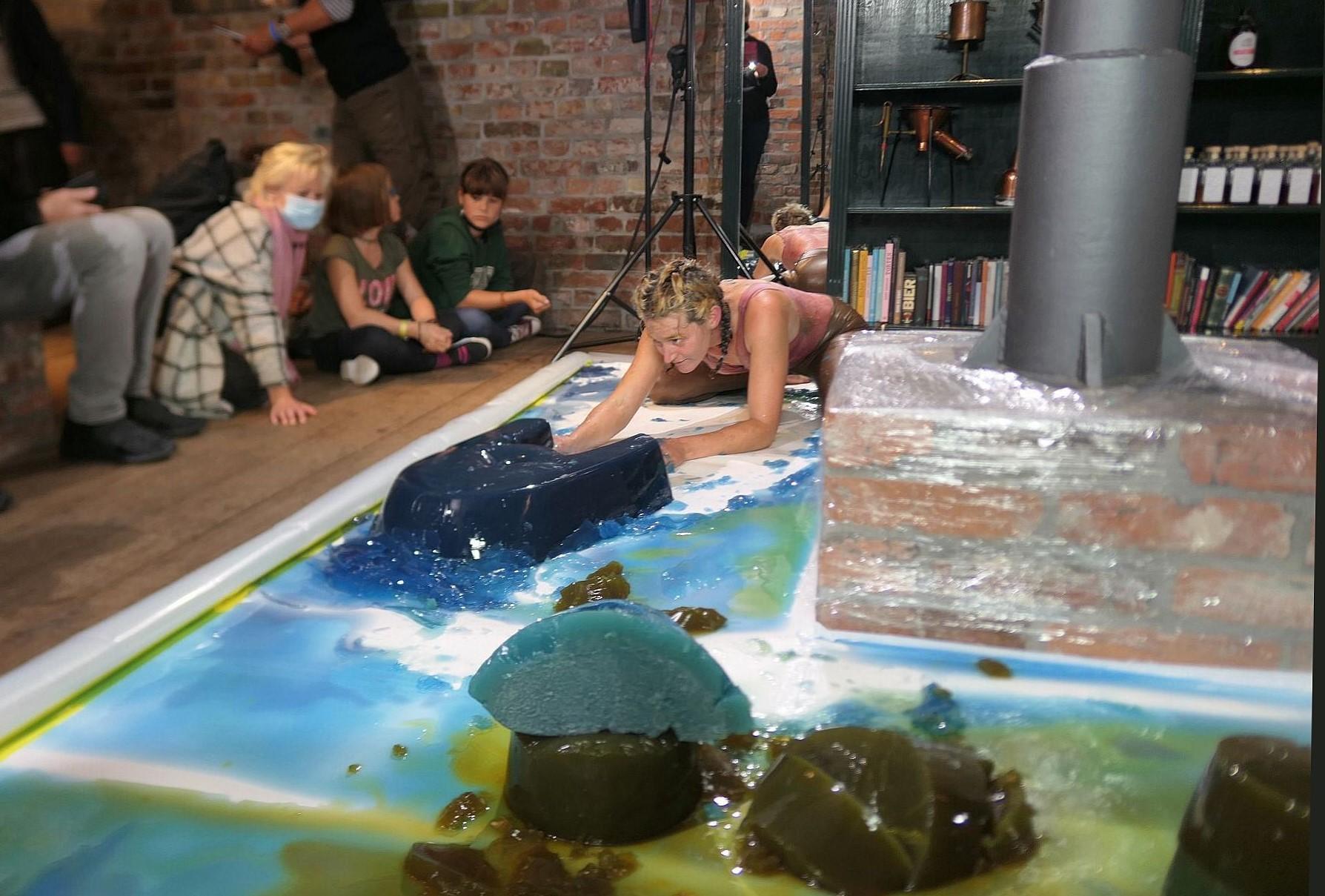 "Therese Lippold bei ihrer Performance ""tok tokk aggar - part II"". Foto: Ingrid Hoberg"