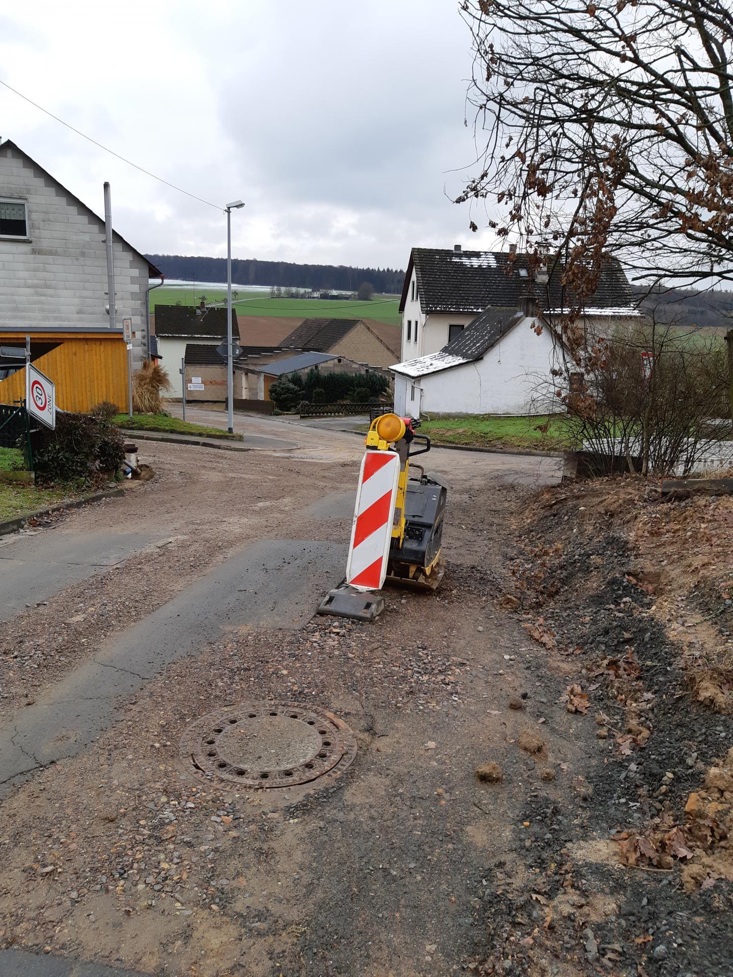 """""""Baustraße"""" K 50 innerorts; Gräben frostsicher verfüllt"""