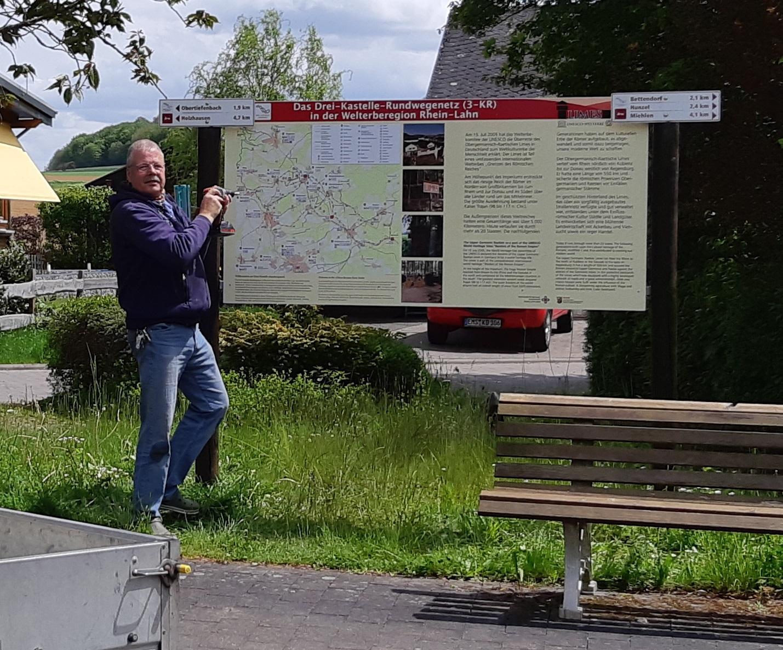 Schildmontage am Standort nahe Limeskastell Pohl