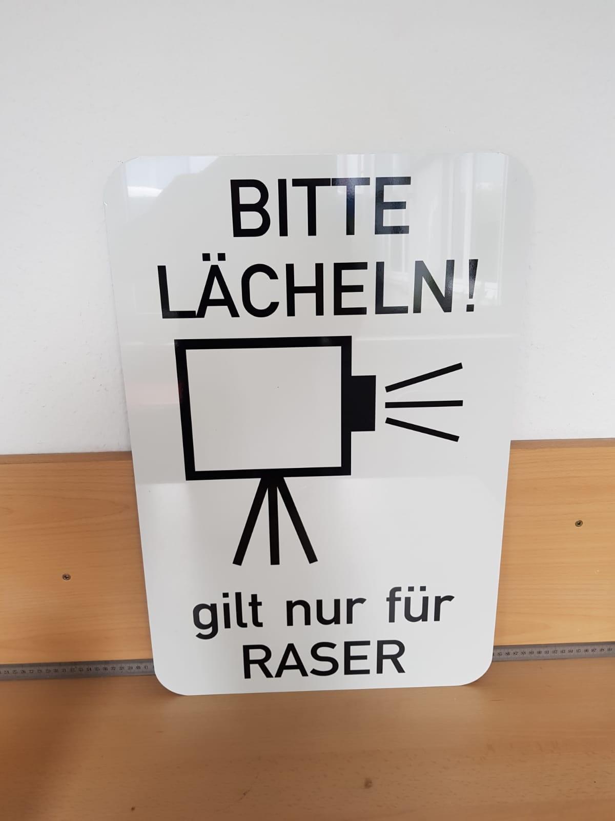 """Schild """"Bitte lächeln"""""""