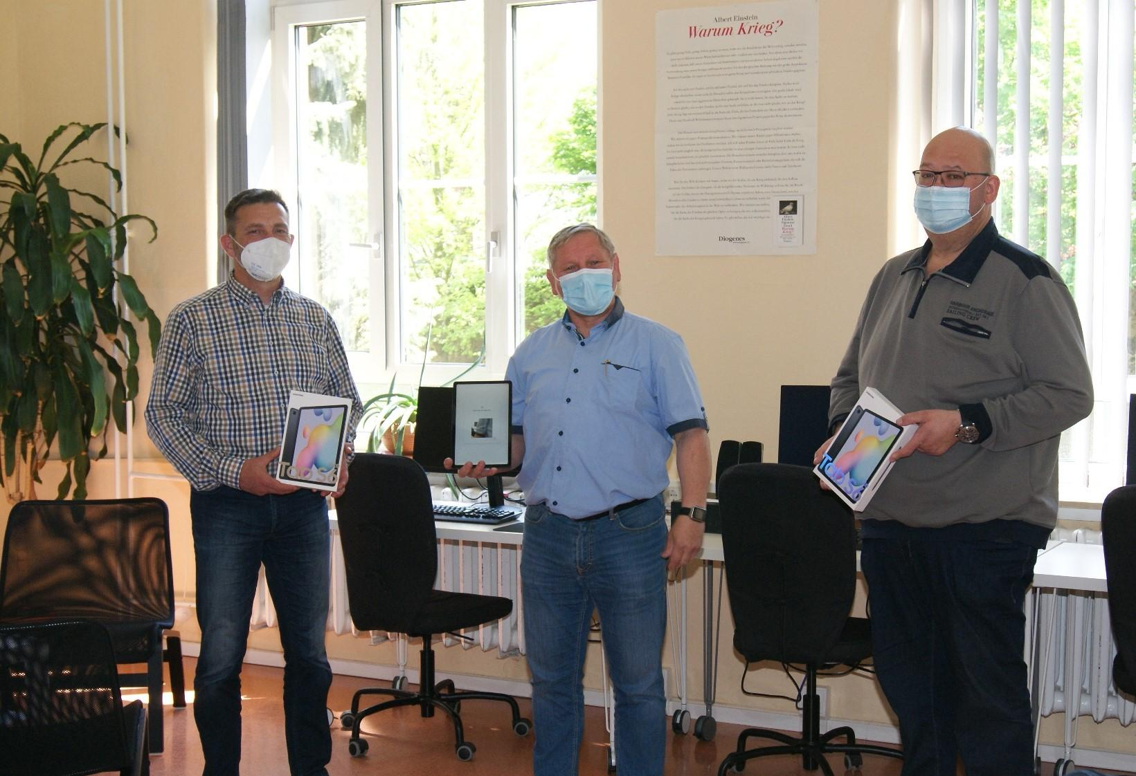 v.l.n.r.: Amtsdirektor David Kaluza, Schulleiter Henri Kuhl, Bürgermeister Thomas Willweber