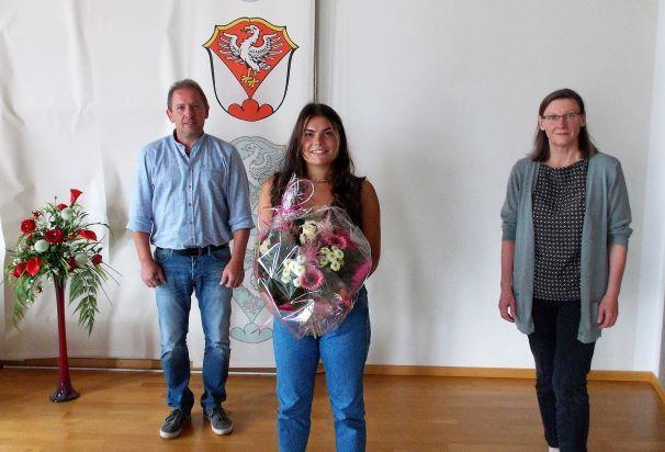 Bürgermeister Richard Gruber und Ausbilderin Maria Luise freuen sich mit Sophia Dachs über den erfolgreichen Ausbildungsabschluss.