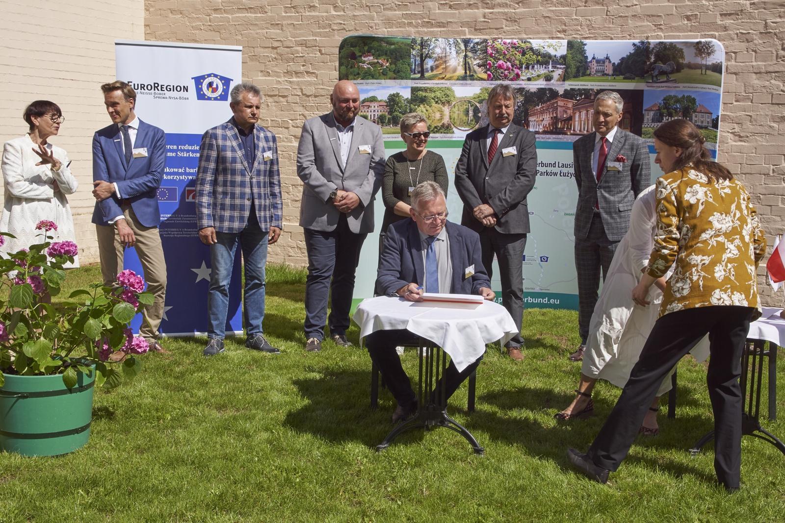 Unterzeichnung für Schlosspark und Gemeinde durch Amtsdirektor Frank Neubert