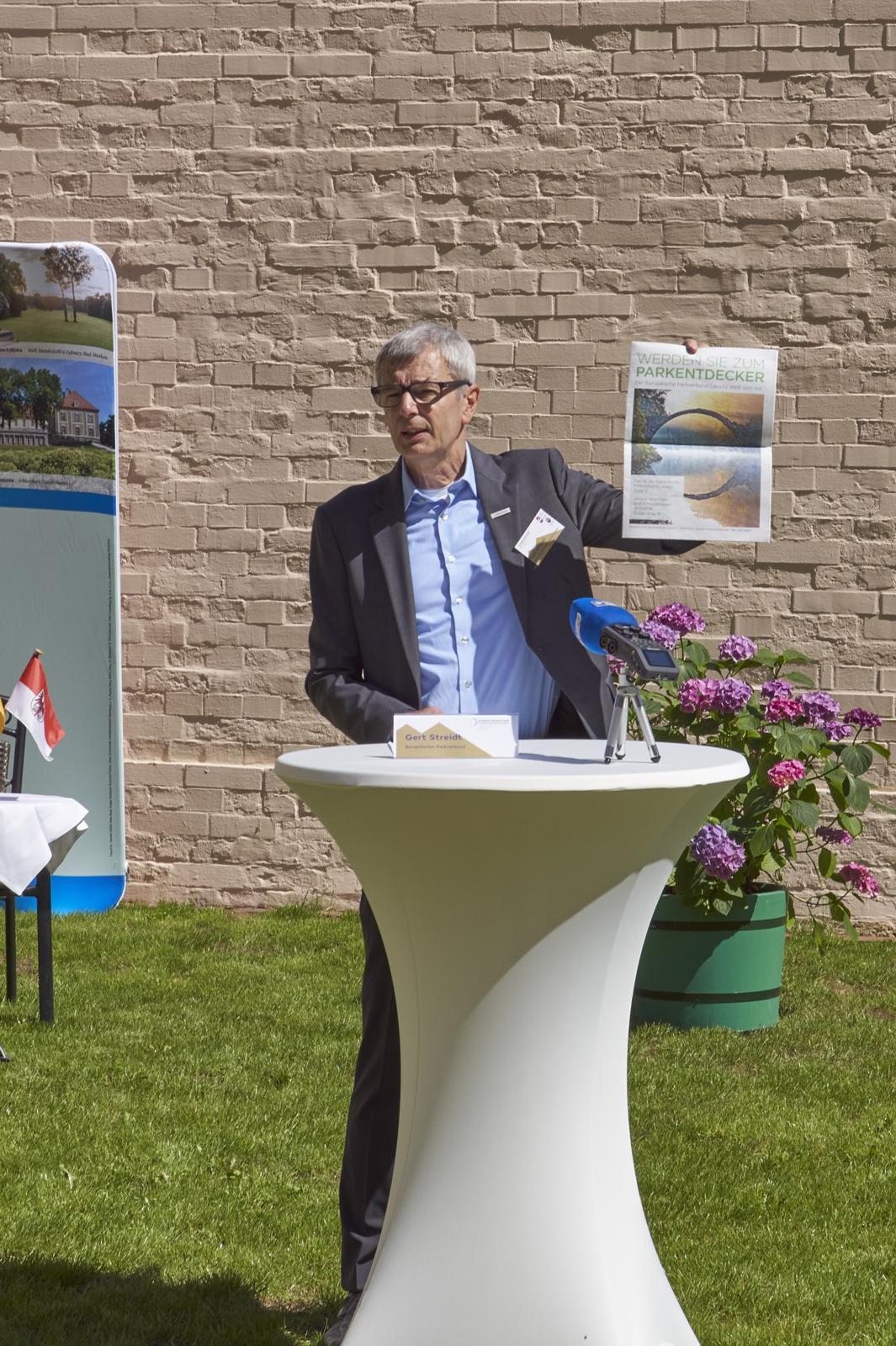 Gert Streidt stellt die neue Pressekampagne vor.