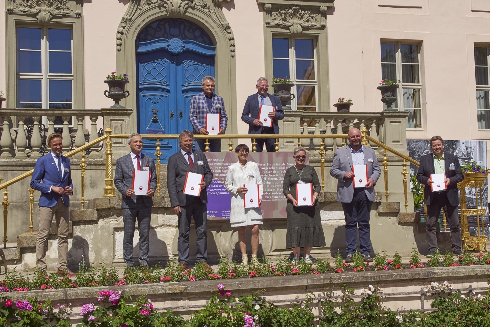 Gruppenbilder der Projektpartner Europäischer Parkverbund Lausitz mit Vertretern der Euroregion Spree-Neiße-Bober e.V. auf der Branitzer Schlossterrasse