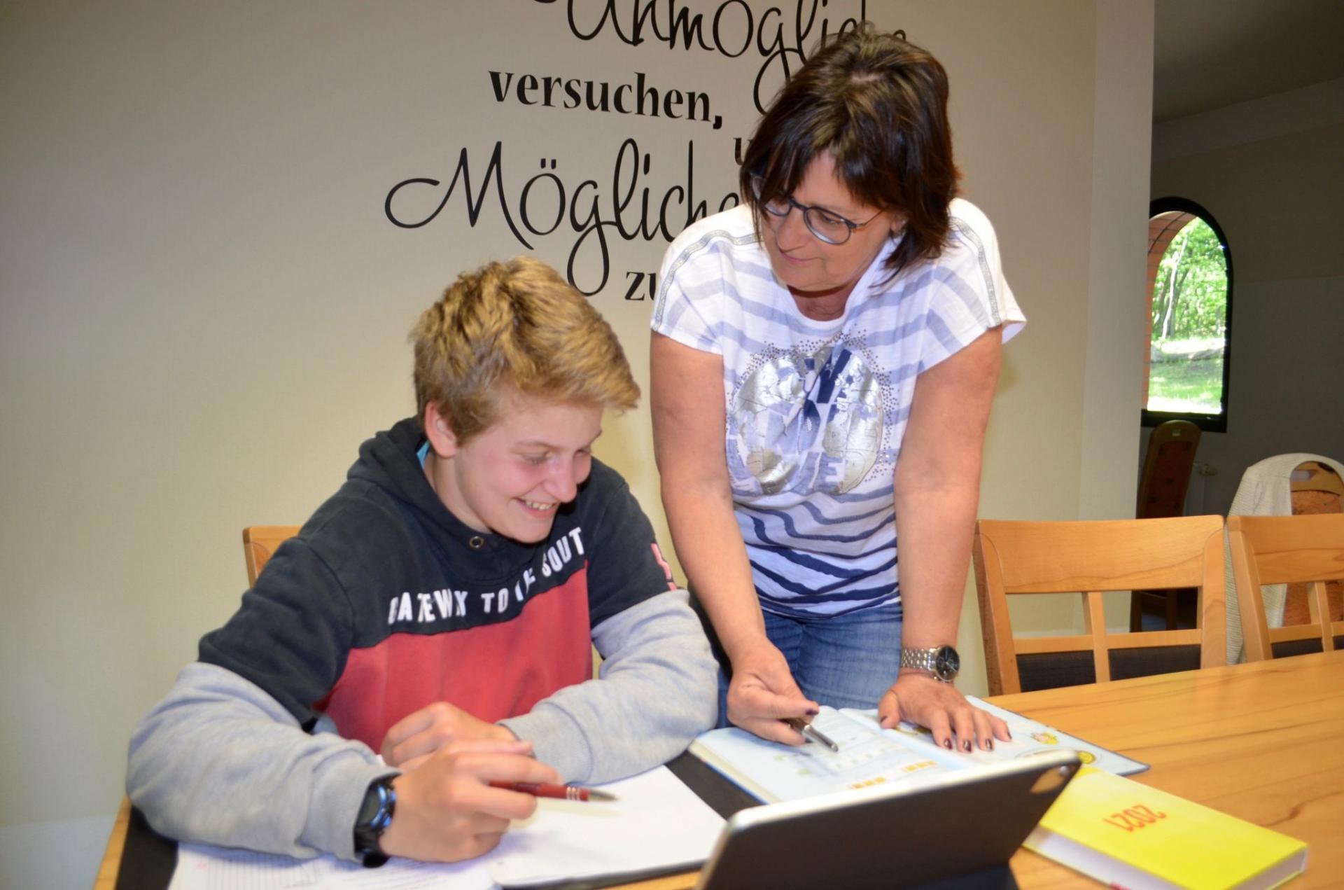 Die Schulkoordinatorin Agnes Simon unterstützt Kassandra während des Distanzunterrichts. Foto: Andreas Staindl