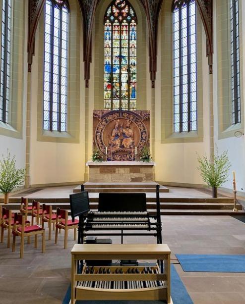 Blick in den Chorraum. Im Vordergrund die neue Digital Orgel - siehe HNA-Artikel unten.