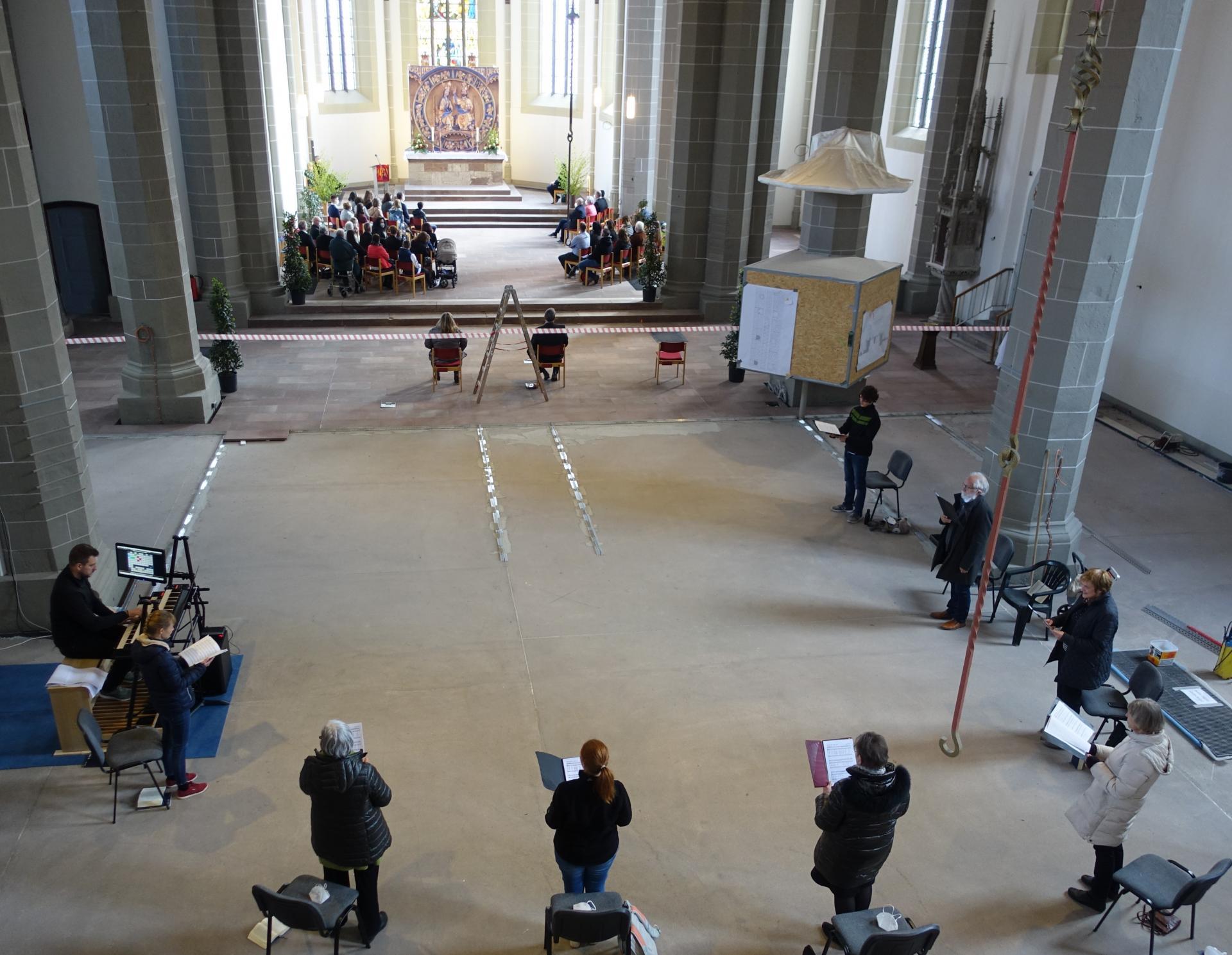 Blick in den Chorraum. Im Vordergrund eine kleine Besetzung der Sixti-Kantorei mit Kreiskantor Benjamin Dippel an der neuen digitalen Orgel