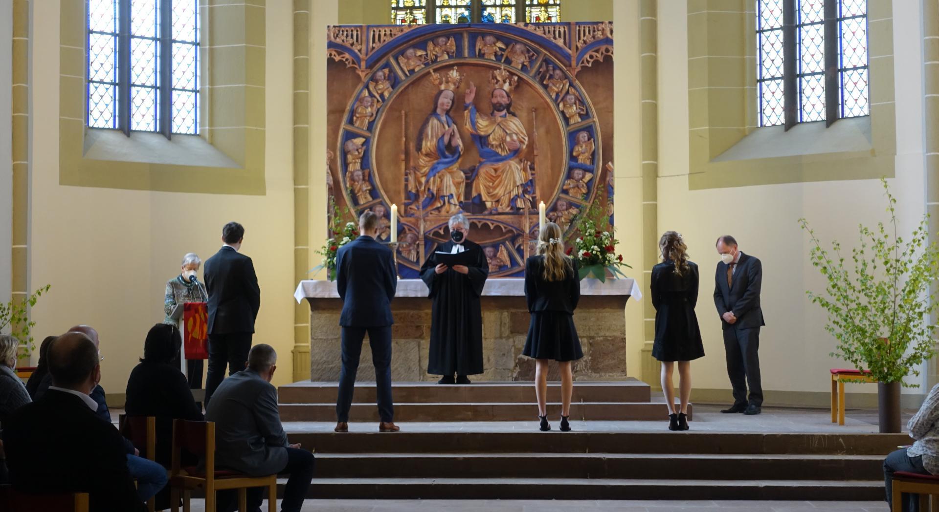 Konfirmation von 2 Konirmandinen und 2 Konfirmanden mit Pastorin Karin Gerken-Heise