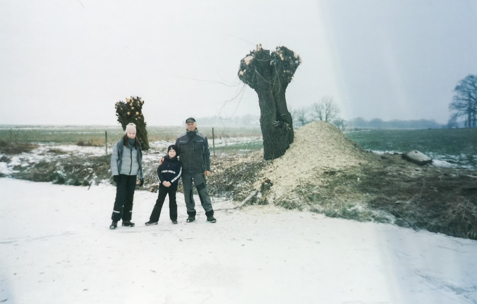 Kurt Zander mit seinen Enkeln auf dem zugefrorenen Teich. Die Weiden sind schon geköpft. Foto: Privat
