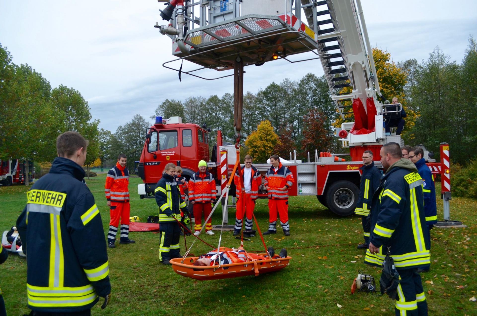 Um für den Ernstfall gerüstet zu sein, müssen Feuerwehrleute regelmäßig üben-idealerweise gemeinsam mit anderen Hilfs-und Rettungskräften. Während der Lockdowns wurden solche Schulungen abgesagt. Foto: Andreas Staindl