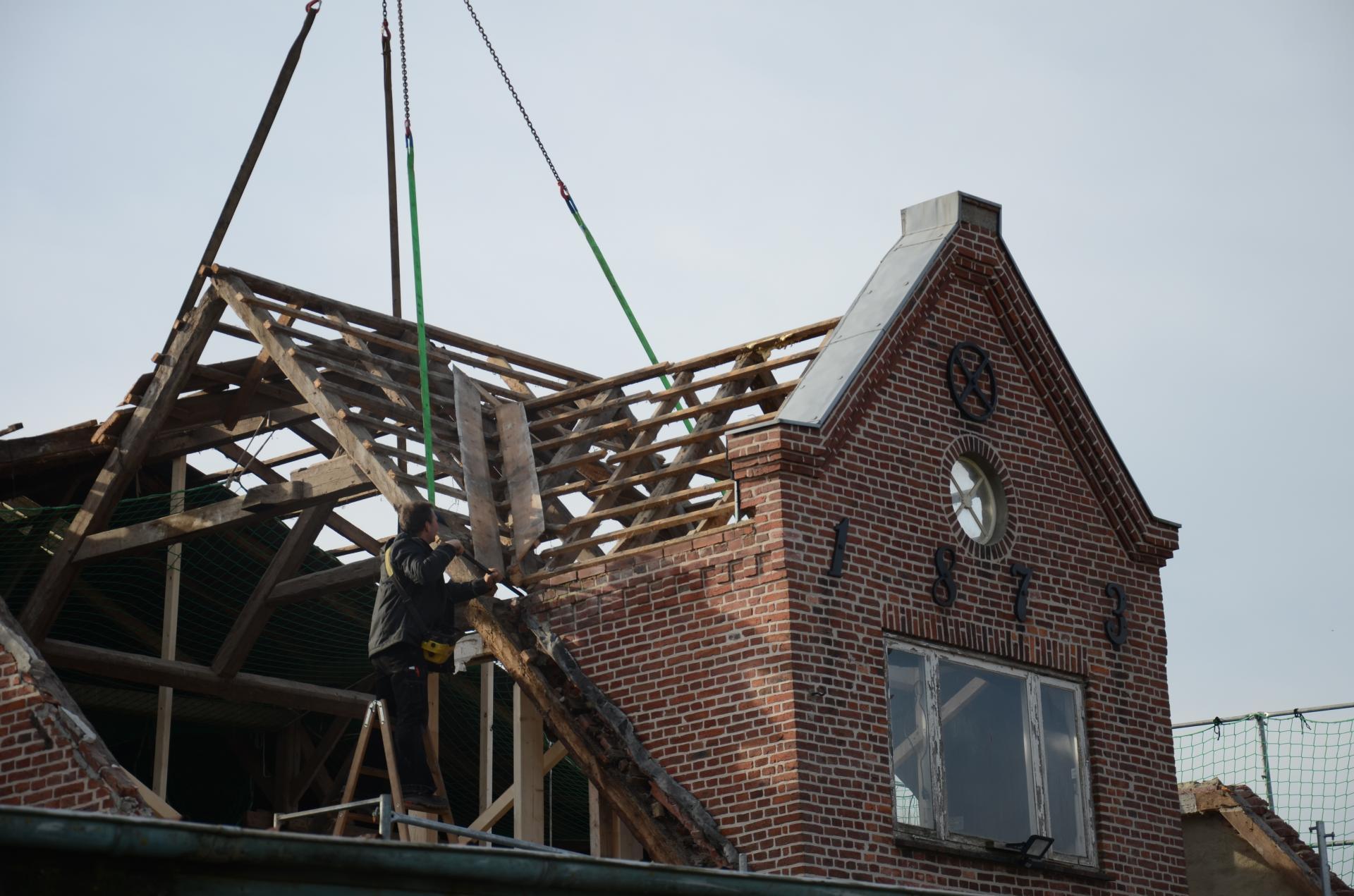 Der alte Dachstuhl wird abgebaut
