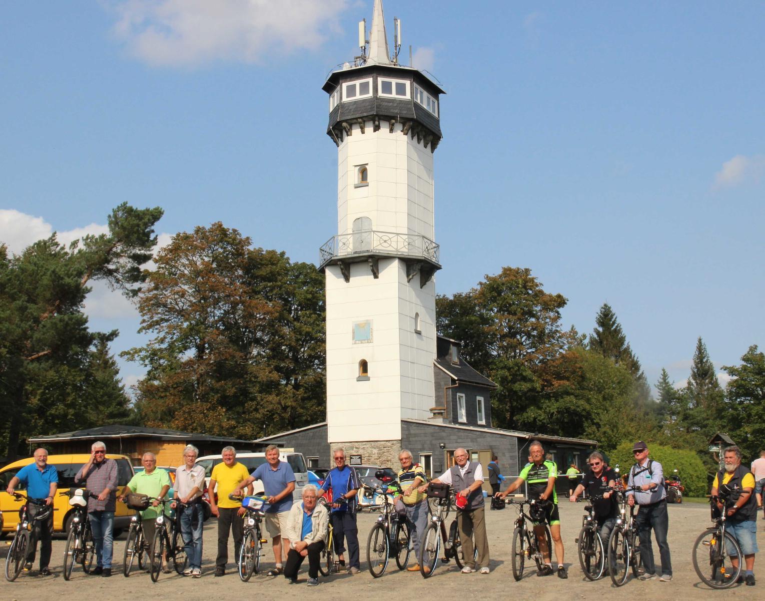 Gruppenfoto vor dem Fröbelturm in Oberweißbach (Foto © Anton Hofmann)